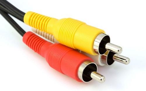 Bei den vielen Kabeln kann man schon mal durcheinander kommen. Foto unter der CC 1.0 Lizenz